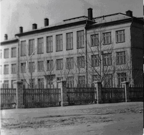 1961 год – построена и сдана новая школа №74 на ул. Березовской
